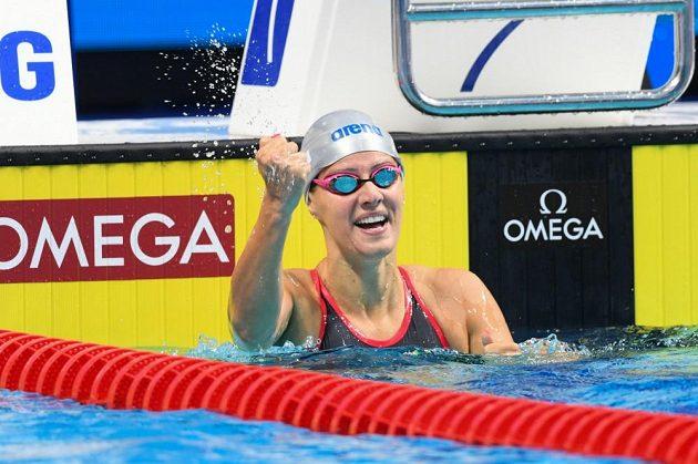 Veliká radost plavkyně Martiny Moravčíkové, která díky českému rekordu postoupila na mistrovství světa v Budapešti do semifinále závodu na 200 metrů prsa.