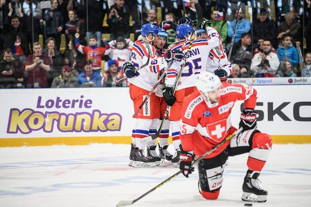 Hokejisté české reprezentace oslavují gól proti Švýcarsku v utkání Euro Hockey Challenge v Příbrami.