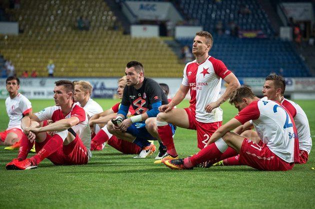 Fotbalisté Slavie po utkání s Teplicemi u kotle fanoušků.