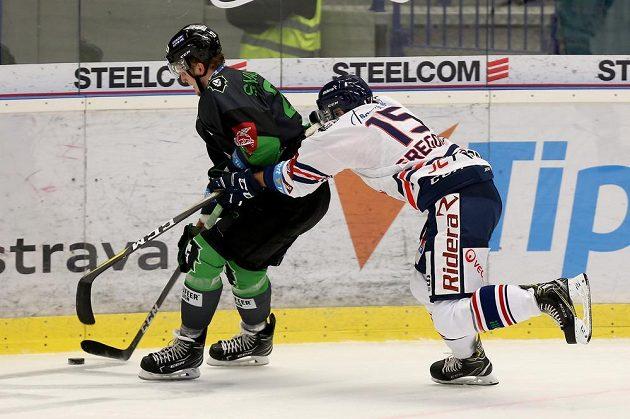 Hokejista Pavol Skalický z Mladé Boleslavi čelí atakz Blaže Gregorce z Vítkovic během extraligového utkání.