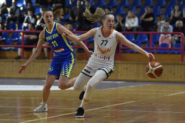 Krok od titulu. Basketbalistky USK Praha ve druhém finále vyhrály na palubovce Žabin Brno. Zleva Kateřina Elhotová z USK Praha a Nikola Dudášová z BK Žabiny Brno.