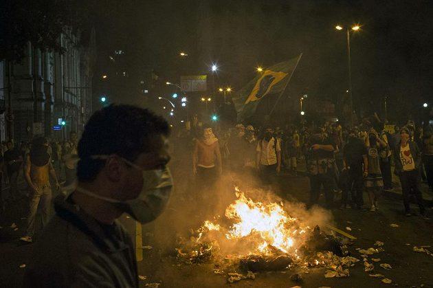 Brazilští demonstranti v ulicích Rio de Janeira.