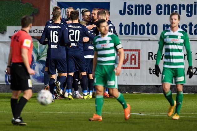 Jan Kliment ze Slovácka (čtvrtý zprava) oslavuje se spoluhráči gól na 3:0