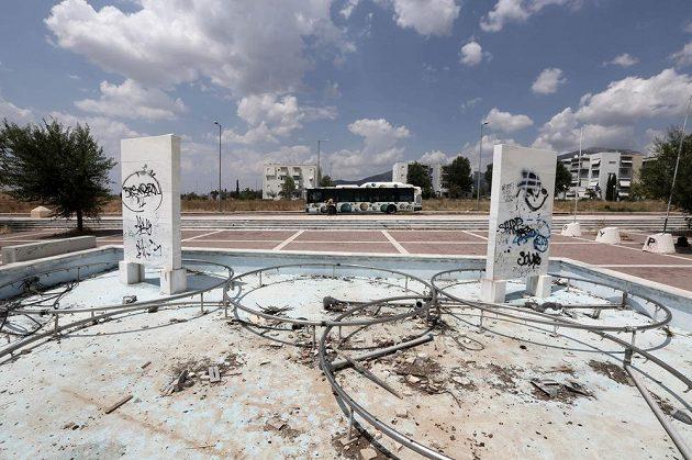 Ruiny fontány, z níž při hrách v Aténách stříkala voda ve tvaru olympijských kruhů.
