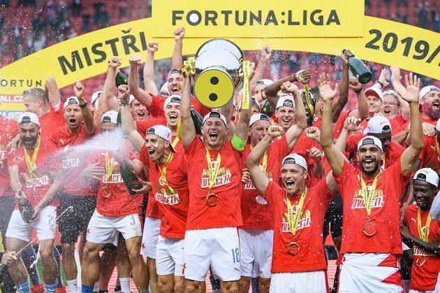 Fotbalisté Slavie Praha s pohárem pro mistra Fortuna ligy