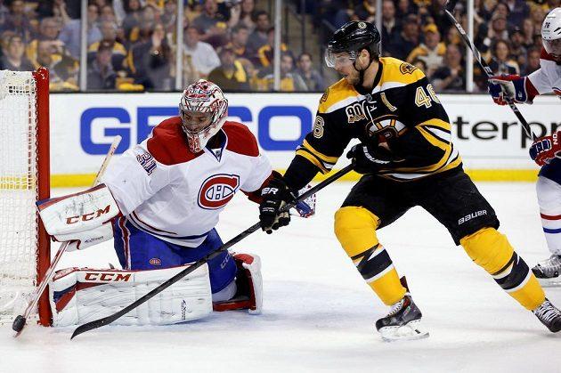 Montrealský brankář Carey Price (31) a bostonský útočník David Krejčí (46).