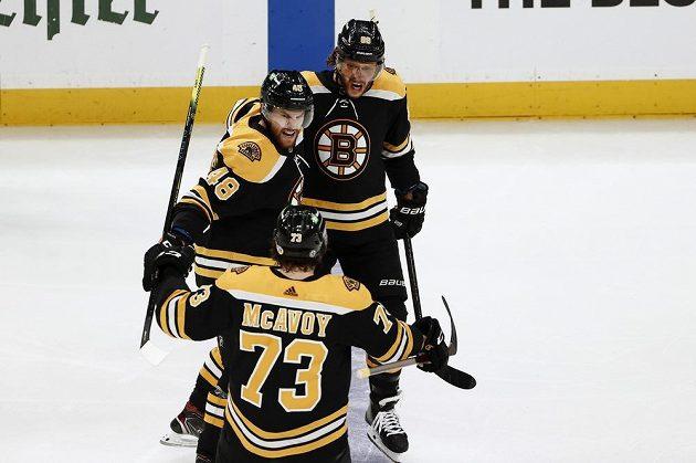 Radost v podání hokejistů Bostonu poté, co se v utkání proti NY Islanders prosadil gólově David Pastrňák (88). K zásahu mu gratulují spoluhráči Matt Grzelcyk (48) a Charlie McAvoy (73).