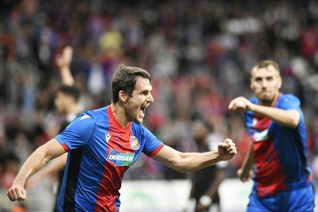 Milan Havel z Plzně (vlevo) se raduje z gólu.