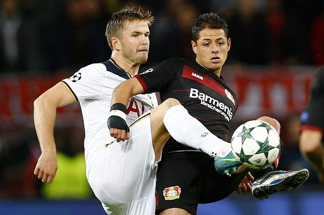 Záložník Tottenhamu Eric Dier (vlevo) v souboji s Javierem Hernándezem z Leverkusenu.
