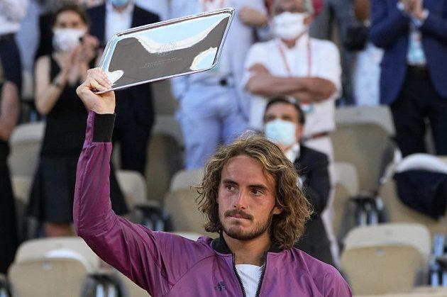 Řecký tenista Stefanos Tsitsipas s trofejí pro poraženého finalistu French Open.