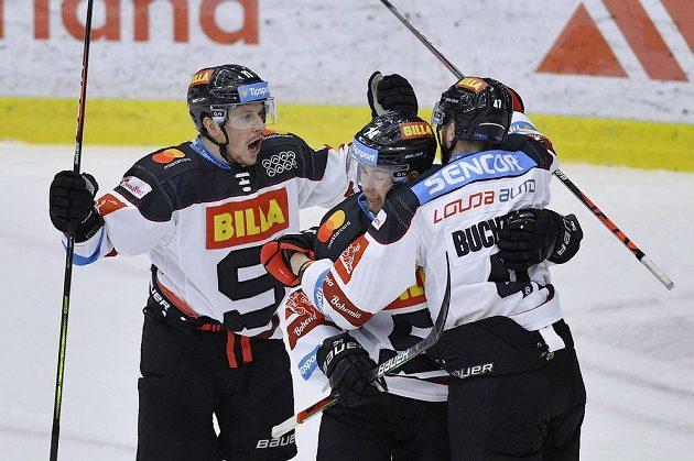 Autor prvního gólu David Dvořáček (vlevo) se raduje se spoluhráči ze Sparty.