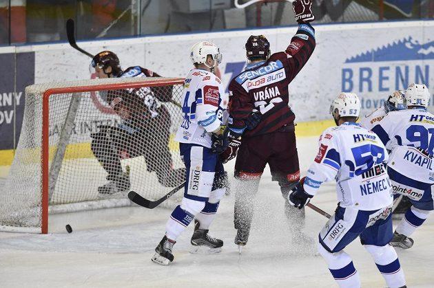 Sparťan Petr Vrána (uprostřed) se raduje z gólu na ledě Komety Brno.