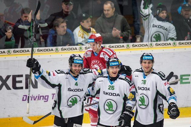 Hokejisté Mladé Boleslavi (zleva): Tomáš Voráček, Radan Lenc a Lukáš Žejdl oslavují třetí gól proti Třinci.