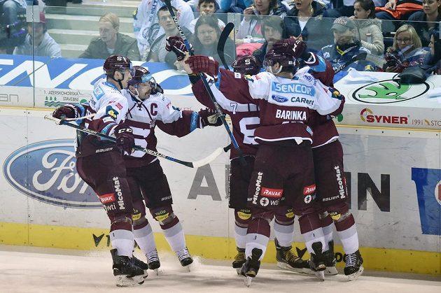 Hokejisté Sparty se radují z vyrovnávacího gólu v Liberci.