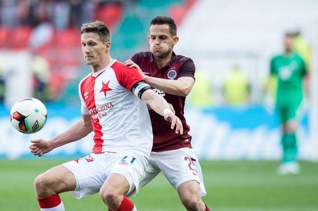 Milan Škoda (vlevo) ze Slavie a obránce Sparty Mario Holek.