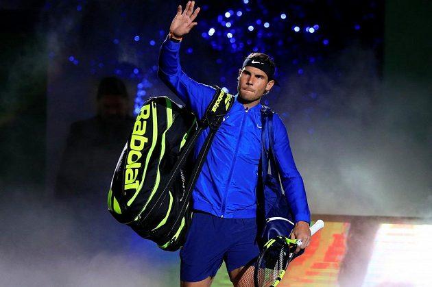 Rafael Nadal zdraví diváky před finálovým zápasem na turnaji v Šanghaji.
