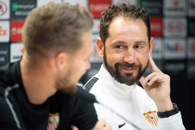 Český brankář Sevilly Tomáš Vaclík a trenér Pablo Machín během tiskové konference před utkáním osmifinále Evropské ligy se Slavia Praha.
