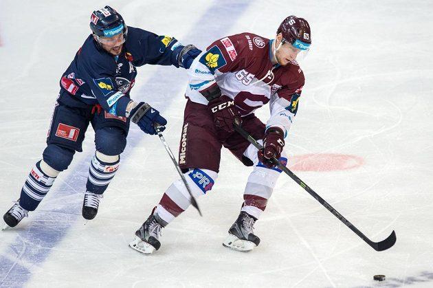 Liberecký útočník Petr Vampola (vlevo) doráží na obránce Sparty Praha Michala Čajkovského během třetího finále play off.