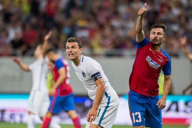 Sparťan David Lafata (vlevo) protestuje proti neuznanému gólu během zápase se Steauou Bukurešť.