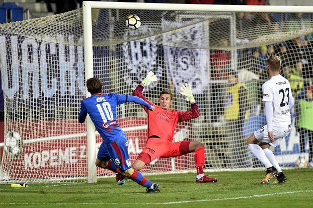 Vlevo Jan Kopic z Plzně střílí gól. Uprostřed je brankář Milan Heča a vpravo jeho spoluhráč ze Slovácka Petr Reinberk.
