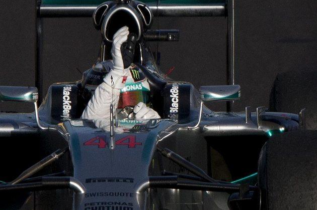 Lewis Hamilton z Mercedesu slaví své vítězství ve Velké ceně Ruska.