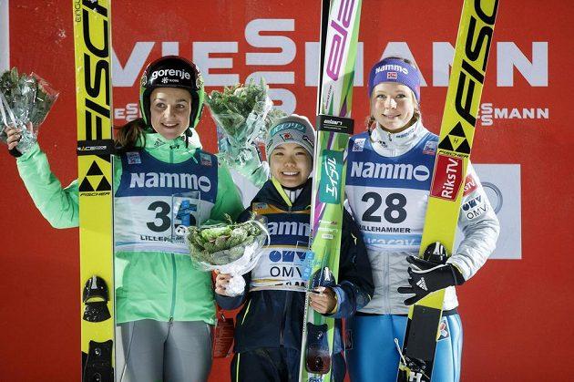 Nejlepší ze závodu SP skokanek na lyžích v Lillehammeru: vítězná Japonka Sara Takanašiová (uprostřed), druhá Slovinka Maja Vtičová (vlevo) a třetí Maren Lundbyová z Norska.