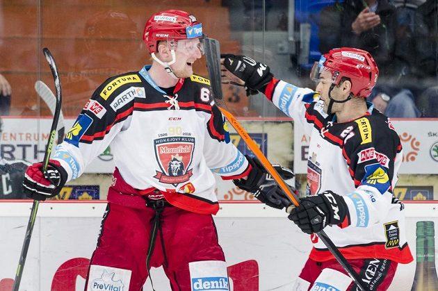 Střelec úvodního gólu pátého zápasu Stanislav Dietz (vlevo) z Hradce Králové oslavuje se spoluhráčem Jaroslavem Kudrnou.