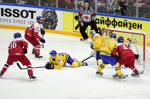 (Zleva) Michal Birner a Michal Řepík, Alexander Wennberg, brankář Jacob Markström a Erik Gustafsson ze Švédska a Jan Kovář.