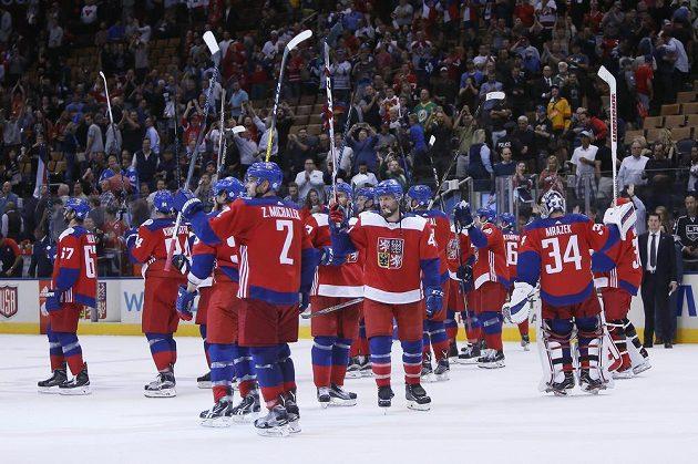 Čeští hokejisté zdraví diváky v Torontu po výhře nad USA.