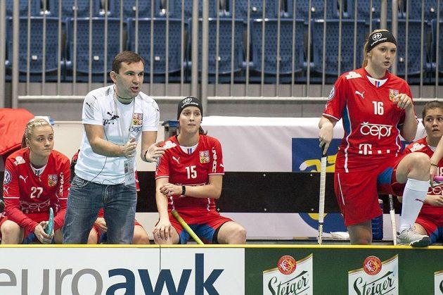 Trenér Miroslav Janovský povzbuzuje české florbalistky v duelu s Polskem.