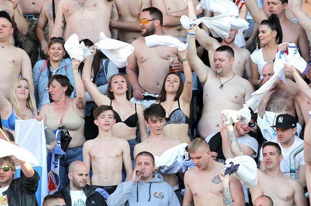 Fanoušci a fanynky Baníku Ostrava se rozparádili, fandilo se do půl těla!