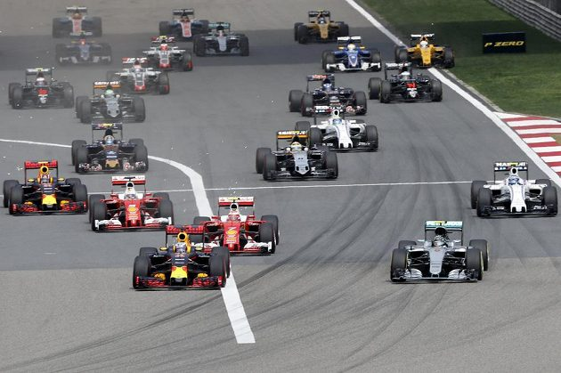 Krátce po startu se dostal do čela Daniel Ricciardo.