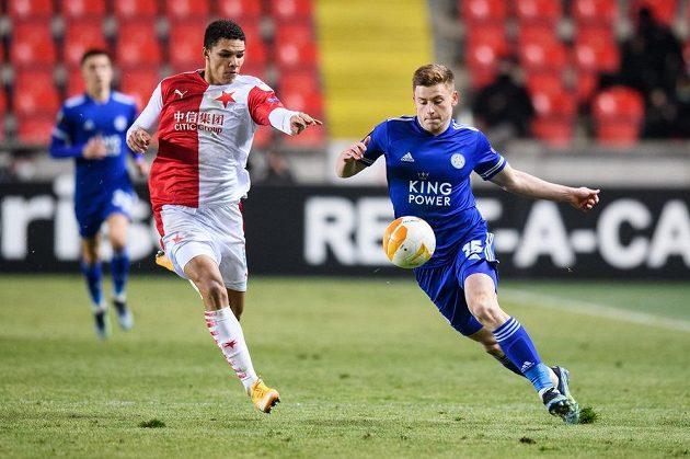 Alexander Bah ze Slavie a Harvey Barnes z Leicesteru během utkání vyřazovací části Evropské Ligy.
