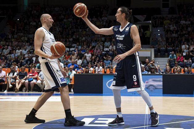 Exhibiční basketbalové utkání jako rozlučka Luboše Bartoně (vlevo) a Jiřího Welsche (vpravo) s kariérou.