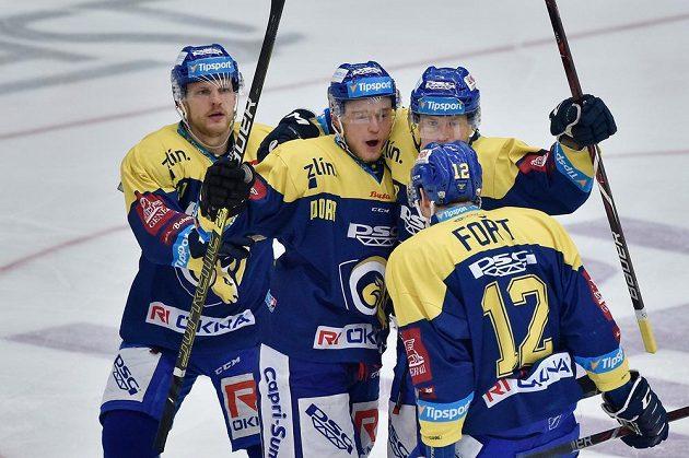 Autor prvního gólu Zlína Jan Dufek (druhý zleva) se raduje se spoluhráči.