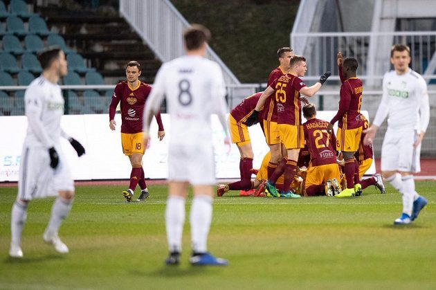 Fotbalisté Dukly Praha oslavují gól na 2:0 během utkání 25. kola Fortuna ligy s Karvinou.