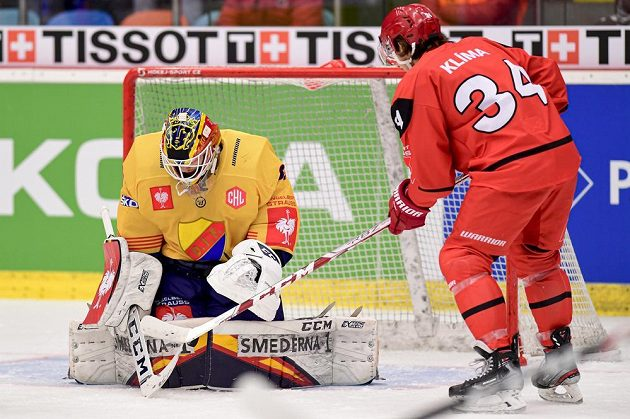 Brankář Djurgaardenu Niklas Svedberg zasahuje před Kevinem Klimou z Hradce Králové.