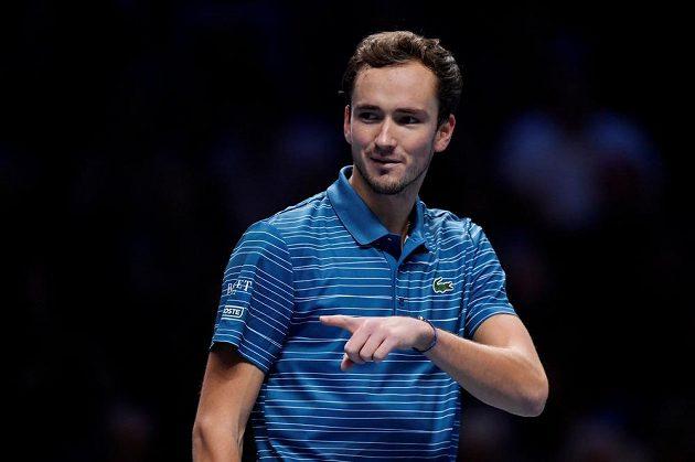 Ruský tenista Daniil Medveděv během utkání Turnaje mistrů s Rafaelem Nadalem.