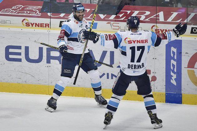 Autor libereckého gólu Petr Jelínek (vlevo) a Lukáš Derner se radují v semifinále hokejové extraligy.