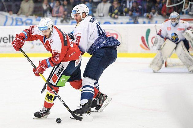 Martin Látal z Pardubic (vlevo) bojuje s kladenským Michalem Barinkou.