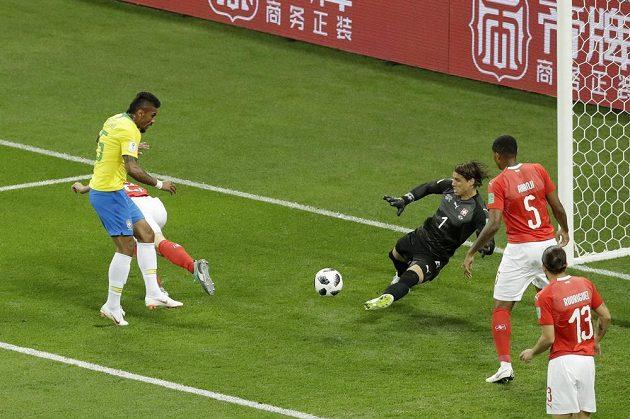 Brazilec Paulinho v této šanci neuspěl.