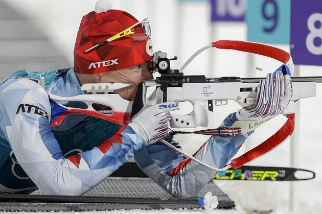 Ondřej Moravec při střelbě ve vytrvalostním závodě.