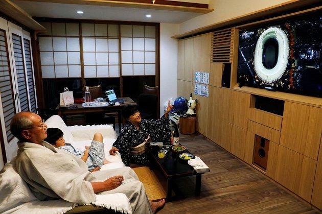 Japonská rodina sleduje slavnostní zahájení LOH 2021 v Tokiu.