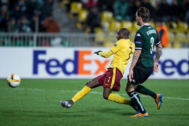 Kehinde Fatai střílí třetí gól Sparty v Krasnodaru.