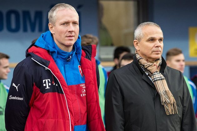 Trenéři fotbalové reprezentace do 21 let Václav Jílek (vlevo) a Vítězslav Lavička.