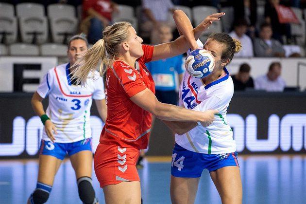 Česká házenkářka Helena Štěrbová (uprostřed) a Anika Niederwieserová z Itálie během kvalifikace o ME 2016.