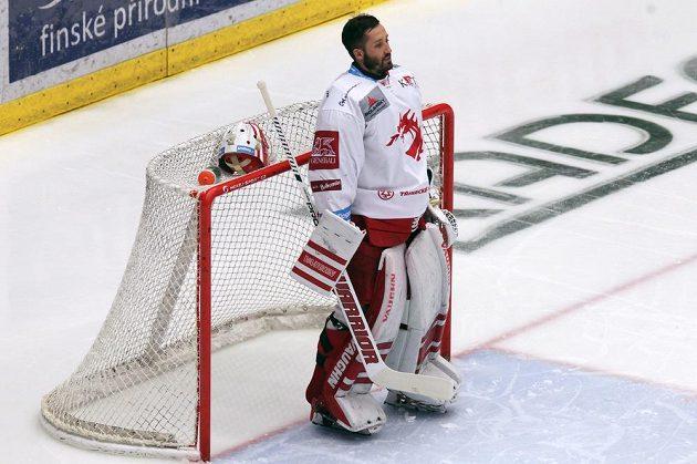 Brankář hokejového Třince Šimon Hrubec při zahájení finálového utkání, kdy zazněla státní hymna.