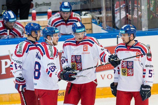 čeští hokejisté (zleva) Tomáš Plekanec, David Pastrňák, Dominik Kubalík a Jakub Jeřábek během přípravného střetnutí s Kanadou.