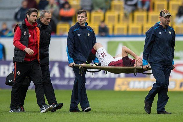 Zraněný záložník Sparty Martin Frýdek opuští trávník v Teplicích na nosítkách.