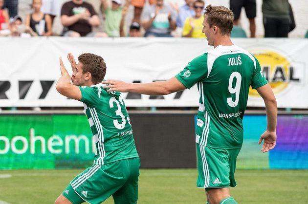 Fotbalisté Bohemians Dominik Mašek (vlevo) a Lukáš Juliš oslavují gól na 2:0 během utkání 1. kola ligy se Slováckem.